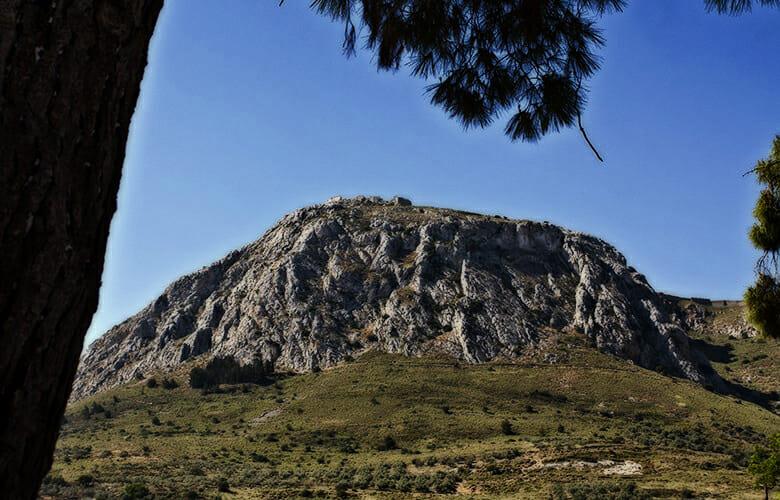 Ο άγνωστος επιβλητικός βράχος της Πελοποννήσου και η πλούσια ιστορία του