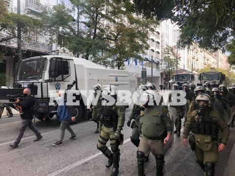 Πολυτεχνείο: Αύρες της ΕΛ.ΑΣ ρίχνουν νερό στους συγκεντρωθέντες του ΚΚΕ