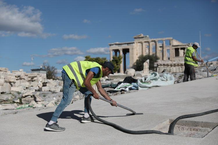 """Το Υπουργείο Πολιτισμού γλεντά τους ευαίσθητους για το """"τσιμεντωμα"""" της Ακρόπολης"""
