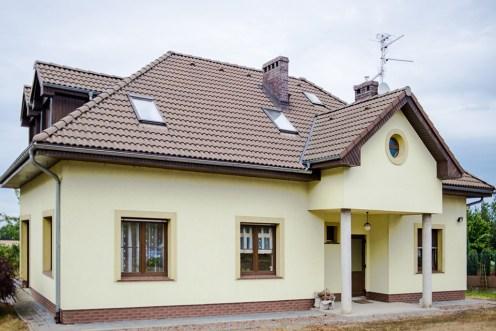zdjęcie przedstawia luksusową willę do sprzedaży w okolicy Wrocławia