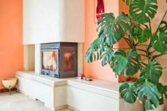 piękny kominek w salonie, w willi w okolicy Wrocławia
