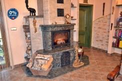 kominek w salonie w willi do sprzedaży w okolicy Boleslawca