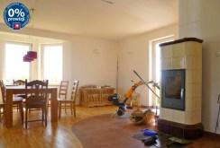 zdjęcie przedstawia salon z kominkiem w posiadłości na Mazurach do sprzedaży