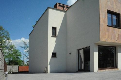 na zdjęciu widok od strony ogrodu na willę do sprzedaży w Warszawie