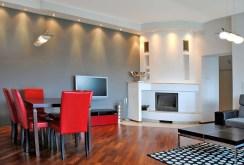 na zdjęciu salon z kominkiem w ekskluzywnym apartamencie w Dąbrowie Górniczej do sprzedaży