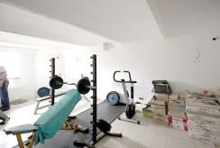 siłownia z przyrządami do ćwiczeń w ekskluzywnej willi na sprzedaż w Szczecinie