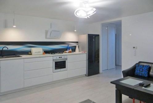 na zdjęciu luksusowo urządzony aneks kuchenny w apartamencie do sprzedaży w Lubinie