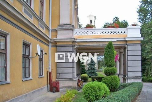na zdjęciu główne wejście od frontu do pałacu na sprzedaż w Cieszynie