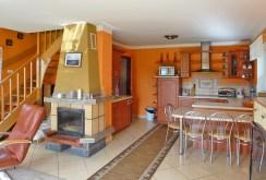 salon z kominkiem w luksusowej posiadłości na wynajem w okolicach Kwidzyna