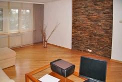 widok na salon w luksusowej willi do wynajęcia w Krakowie