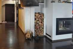 zdjęcie przedstawia zbliżenie na kominek w salonie ekskluzywnej willi do sprzedaży w Szczecinie