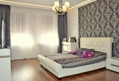 widok na sypialnię znajdującą się w apartamencie do sprzedaży w Legnicy