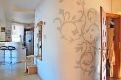 widok na rozkład pomieszczeń z przedpokoju w apartamencie w Lubinie do sprzedaży