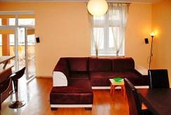 zdjęcie przedstawia salon widziany z góry w apartamencie do wynajęcia w Słupsku