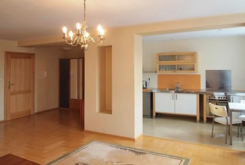 zdjęcie przedstawia widok z salonu na aneks kuchenny i inne pomieszczenia w apartamencie do wynajmu w Szczecinie
