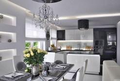 na zdjęciu ekskluzywnie wyposażona kuchnia w apartamencie do sprzedaży w Warszawie