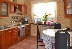 zdjęcie przedstawia komfortowo wyposażoną kuchnię w apartamencie do sprzedaży w okolicach Zielonej Góry