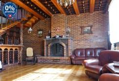 zdjęcie przedstawia zbliżenie na kominek w luksusowej willi na sprzedaż na Mazurach