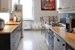 na zdjęciu umeblowana i komfortowo urządzona kuchnia w apartamencie na wynajem w Szczecinie