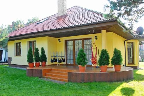 na zdjęciu widok od strony ogrodu na willę do sprzedaży w Ciechocinku