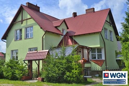 na zdjęciu luksusowa willa w okolicach Leszna do sprzedaży, widok od strony ogrodu