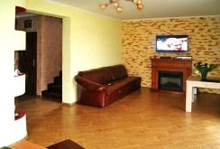 zdjęcie przedstawia kominek w salonie willi w okolicy Gorzowa Wielkopolskiego do sprzedaży
