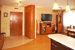 widok na fragment salonu oraz przedpokój w apartamencie do sprzedaży w Inowrocławiu