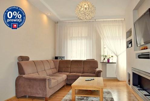 na zdjęciu salon w apartamencie do sprzedaży w Legnicy