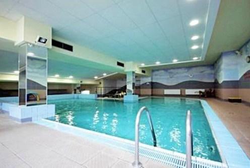 zdjęcie przedstawia basen w apartamentowcu w Warszawie, gdzie mieści się oferowany apartament na sprzedaż