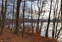 zdjęcie przedstawia działkę i widok na jezioro przy dworze na sprzedaż w Drawsku Pomorskim