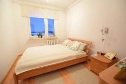 na zdjęciu luksusowa sypialnia w apartamencie na sprzedaż w Suwałkach