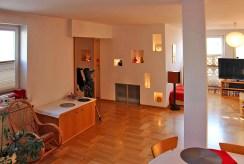 na zdjęciu efektowne oświetlenie LED-owe w apartamencie w Warszawie na sprzedaż