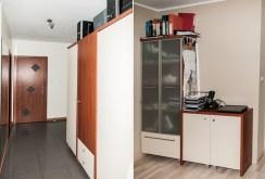 na zdjęciu przedpokój oraz fragment gabinetu w apartamencie na sprzedaż w Szczecinie
