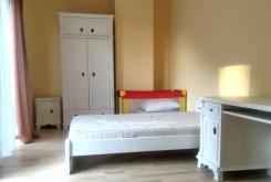 zdjęcie prezentuje komfortową sypialnię w ekskluzywnym apartamencie na sprzedaży nad morzem