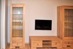 widok na umeblowany i urządzony salon w apartamencie do sprzedaży w Szczecinie