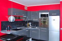zdjęcie prezentuje nowocześnie wyposażoną kuchnię w apartamencie do sprzedaży w Katowicach