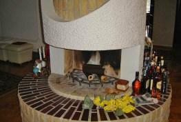 zbliżenie na kominek w salonie luksusowej willi do sprzedaży we Wrocławiu