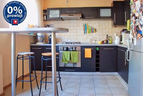 na zdjęciu nowocześnie i dizajnersko urządzony aneks kuchenny w apartamencie do sprzedaży w Krakowie