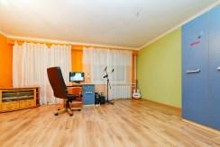 widok na jedno z komfortowo urządzonych pokoi w apartamencie do sprzedaży w Tarnowie