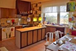 na zdjęciu komfortowo urządzona kuchnia w willi w okolicy Kalisza do sprzedaży
