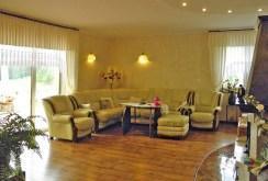 na zdjęciu luksusowy salon w willi do sprzedaży w okolicy Kwidzyna