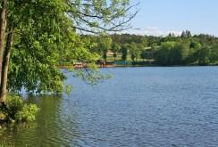 na zdjęciu jezioro, którego 200 metrów linii brzegowej przynależy do ekskluzywnej willi na sprzedaż w okolicy Lidzbarka