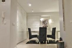 zdjęcie przedstawia ekskluzywny salon w apartamencie na Mazurach do sprzedaży