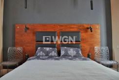 na zdjęciu ekskluzywna sypialnia w apartamencie do sprzedaży w okolicy Katowic
