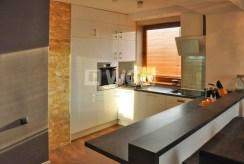 zdjęcie prezentuje komfortowo wyposażoną kuchnię w apartamencie do sprzedaży w okolicy Katowic