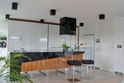 na zdjęciu komfortowo i nowocześnie urządzona kuchnia w willi w okolicy Katowic do sprzedaży