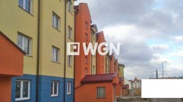 rzut z zewnątrz na luksusowy apartamentowiec w Legnicy, w którym mieści się ekskluzywny apartament do sprzedaży