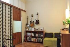 zdjęcie prezentuje jeden z ekskluzywnie wyposażonych pokoi w wysokim standardzie w apartamencie do sprzedaży w Szczecine