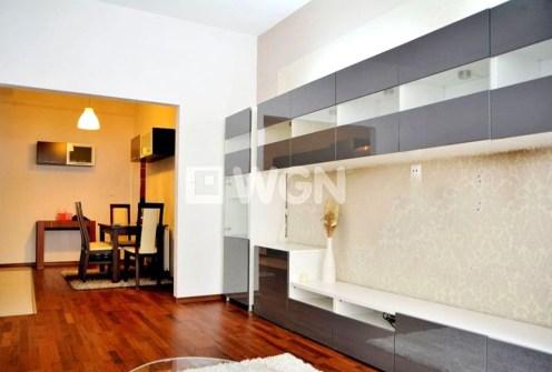 zdjęcie prezentuje salon w luksusowym apartamencie do sprzedaży w okolicach Warszawy