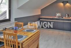 zdjęcie prezentuje kuchnię oraz jadalnię w apartamencie do wynajęcia w okolicach Warszawy